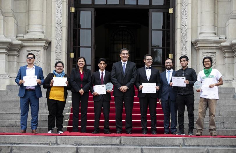 Jóvenes son premiados por innovadoras iniciativas en beneficio de la educación y el medio ambiente