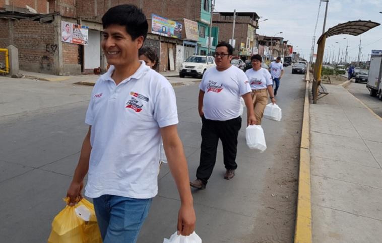 Trabajadores de Senaju llevan donaciones a familias damnificadas por incendio de Villa El Salvador